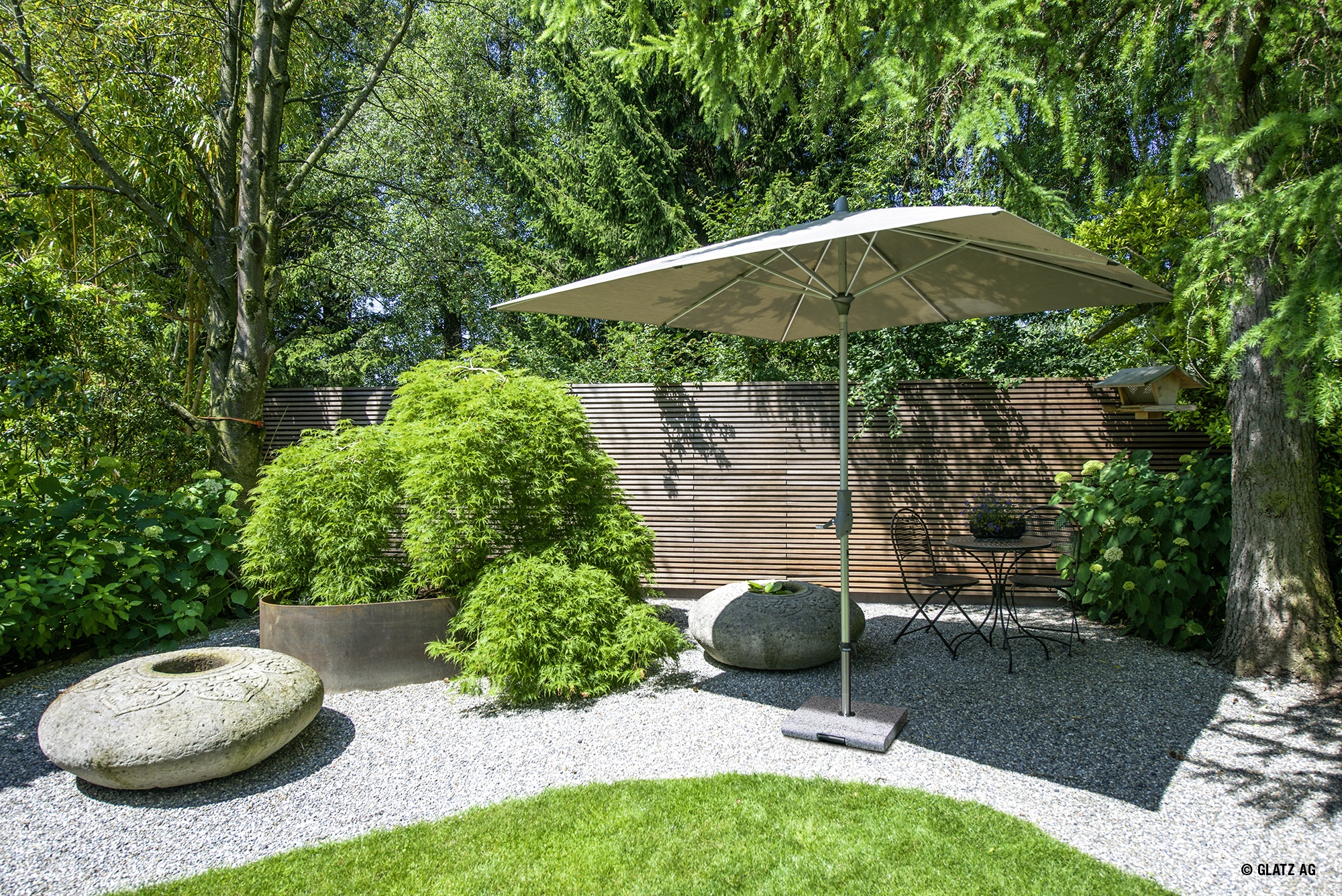 parasol pour jardin autour du store